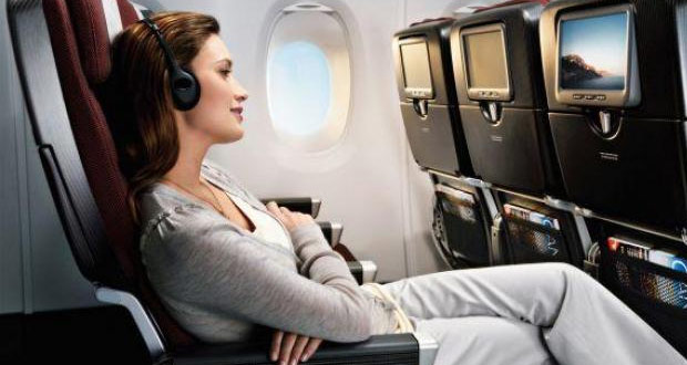 Ilustrasi menonton film, salah satu cara mengatasi takut naik pesawat (foto : amazine.co)