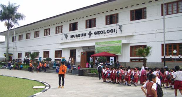 Gedung Museum Geologi, tempat wisata edukasi yang seru Di Bandung (foto : jotravelguide.com)