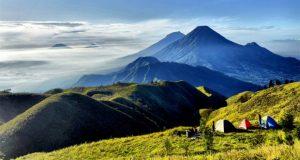 Gunung Prau, Dieng, tempat wisata alam untuk menyaksikan pemandangan cantik puncak Gunung Sindoro dan Sumbing dari ketinggian di atas awan.(foto : kaskus.co.id)
