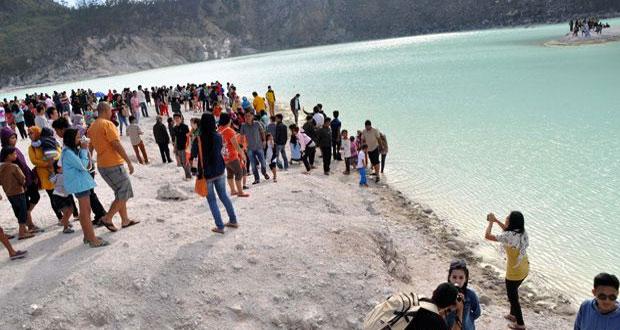 Ilustrasi wisatawan yang berfoto di kawasan wisata kawah putih Ciwidey, Bandung (foto : kawahputihciwidey.com)