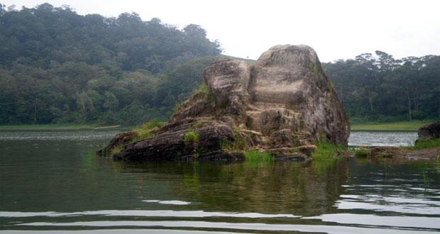Batu cinta di danau situ patenggang atau situ patengan (foto : suryotomo.wordpress.com)