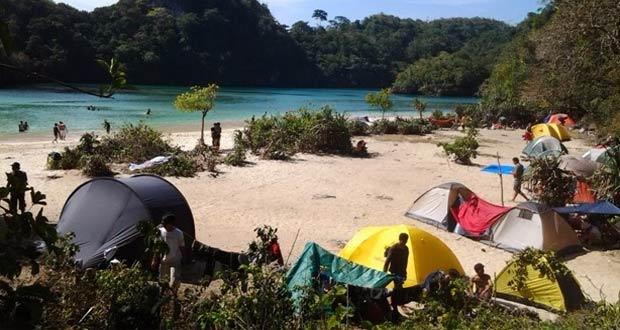 Ilustrasi wisatawan yang berkemah (camping) di tempat wisata alam Pulau Sempu Malang (foto : sobatpetualang.com)
