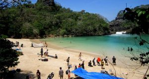 Ilustrasi wisatawan yang berkunjung ke tempat wisata alam Pulau Sempu di Malang (foto : nusantaratrip.com)