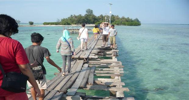 Ilustrasi jalan kaki di jembatan tempat wisata Pulau Tidung (stenisia.wordpress.com)