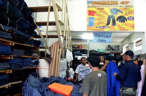 Ilustrasi salah satu toko yang menjual Celana Jeans di Gang Tamim Pasar  Baru Bandung (foto bcdf1c22b8