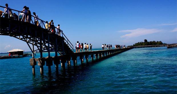Jembatan Cinta Pulau Tidung, salah satu ikon wisata bahari Di Kepulauan Seribu (foto : tempatpariwisataindonesia.com)
