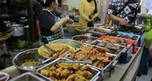 Ilustrasi menu makanan di Warung Bu Eha yang terkenal sebagai tempat wisata kuliner murah di Bandung yang legendaris (foto : tribunnews.com)