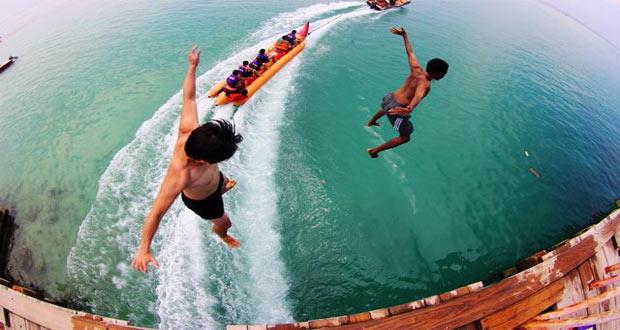 Ilustrasi loncat dari jembatan cinta di tempat wisata Pulau Tidung (foto : wisata.kompasiana.com)