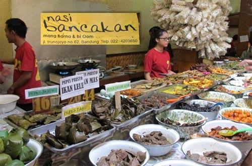 Ilustrasi Nasi Bancakan Mang Barna dan Bi Oom, salah satu tempat wisata kuliner di Bandung yang murah meriah dan enak rasanya (foto : sauus.com)