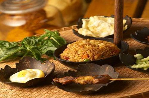 Ilustrasi Nasi Goreng Kampung Daun, salah satu menu favorit malam minggu di Restoran Kampung Daun Bandung (foto : kampungdaun.co.id)