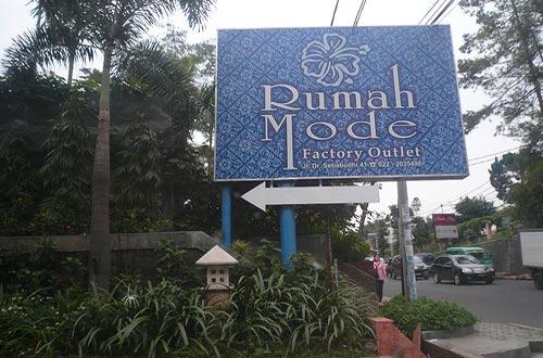 Ilustrasi papan nama besar Rumah Mode Bandung yang memudahkan untuk mengunjunginya (foto : anekatempatwisata.com)