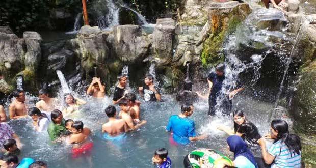 Salah satu kolam di tempat wisata pemandian air panas Guci, Tegal (foto : jateng.tribunnews.com)