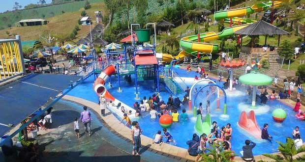 Waterboom tempat wisata pemandian air panas Puncat Darajat, Garut (foto : wisata.kompasiana.com)