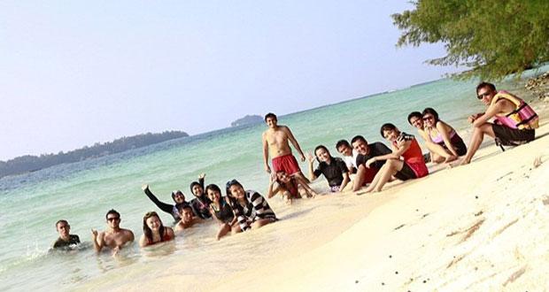 Ilustrasi Pulau Harapan, Kepulauan Seribu, salah satu tempat wisata terbaik di Indonesia idola anak muda (foto : duotraveler.wordpress.com)