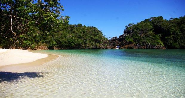 Pesona keindahan pantai di tempat wisata alam pulau Sempu Malang (foto : skyscrapercity.com)