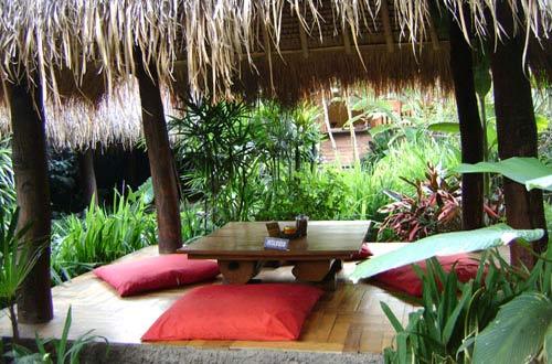Ilustrasi Saung Di Resto Sapu Lidi dengan nuansa alam pedesaan (foto : bandung.panduanwisata.id)