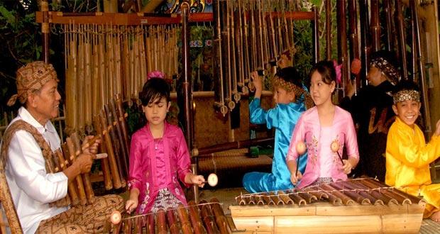Ilustrasi anak-anak bermain angklung di tempat wisata Saung Angklung Udjo (SAU) (foto : angklung-udjo.co.id)