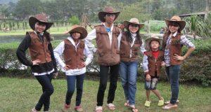 Selfie menggunakan pernak pernik koboi di De'Ranch Bandung (foto : deranchlembang.com)