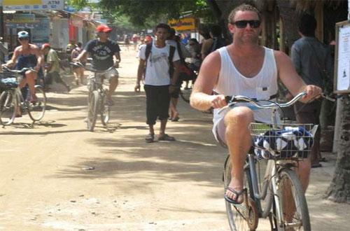 Ilustrasi turis naik sepeda di Gili Trawangan Lombok (foto : detikTravel)