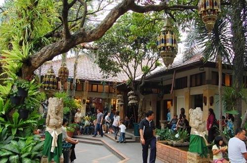 Suasana Rumah Mode Bandung yang nyaman, asri, dan sejuk (foto : bandung.panduanwisata.id)