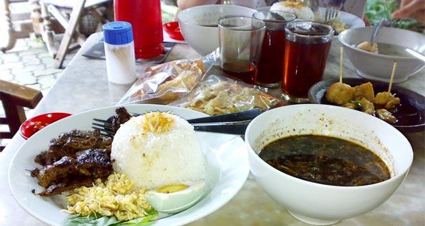 Ilustrasi Nasi Rawon Panggang / Bakar salah satu menu favorit di Toko You, tempat wisata kuliner di Bandung yang legendaris (foto : getlocation.blogspot.com)