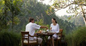 Ilustrasi suasana tempat makan yang romantis di alam terbuka yang asri di Ubud Bali, salah satu tempat honeymoon di Indonesia yang romantis (foto : kamandaluresort.com)