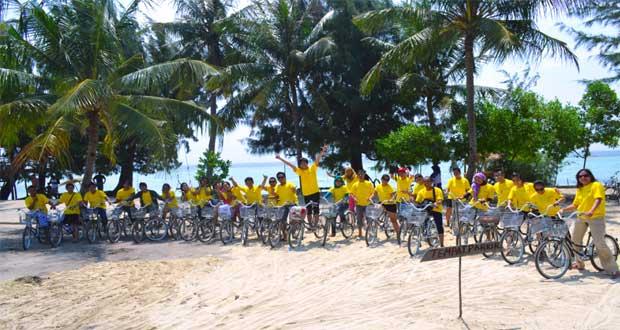 Ilustrasi naik sepeda keliling tempat wisata Pulau Tidung (foto : dutapulauseribu.com)