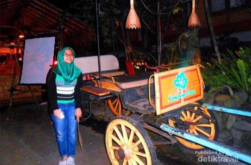 Ilustrasi benda-benda seni dan budaya yang dipajang di Kampung Daun Bandung (foto : detikTravel)