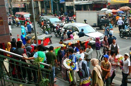 Susana ramai di jalan depan Pasar Baru Bandung (foto : indonesia.travel)