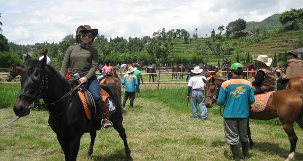 Ilustrasi Menunggang Kuda Ala Koboi di tempat wisata De'Ranch Bandung (foto : deranchlembang.com)