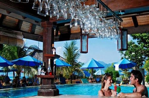 Kolam renang yang romantis di Vila Ombak Gili Trawangan, cocok untuk tempat honeymoon (foto : booking.com)