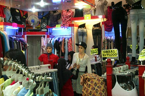 Salah satu toko pakain di Pasar Baru Bandung (foto   indonesia.travel) 5889343abd