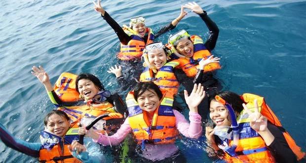 Ilustrasi snorkeling yang seru di tempat wisata Pulau Tidung (foto : wisata.kompasiana.com)