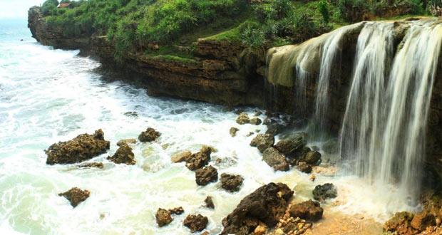 Air Terjun Pantai Jogan adalah salah satu air terjun di Jogja yang keren, indah, dan wajib dikunjungi (Foto : 1001wisata.com)