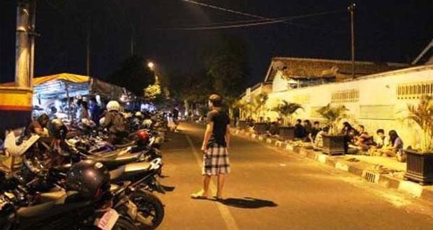 Angkringan Lik Man Kopi Joss adalah salah satu tempat nongkrong di Jogja yang asyik dan enak (Foto : telusurindonesia.com)