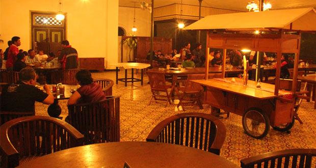 Angkringan Pendopo NDalem atau Angkringan JAC (Jogja Automotive Community) adalah salah satu angkringan di Jogja yang enak, murah, terkenal, dan wajib dikunjungi (Foto : vanseno.blogspot.com)