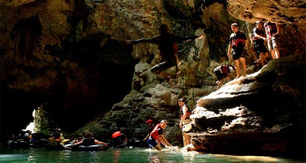 Cave Tubing Di Gua Pindul adalah salah satu tempat wisata di Jogja yang seru dan asyik (Foto : indonesiaforvacation.com)