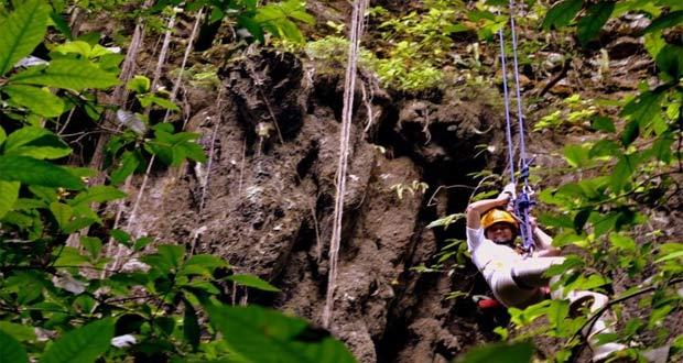 Caving Di Gua Jomblang adalah salah satu tempat wisata di Jogja yang seru dan asyik (Foto : travel.detik.com)