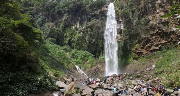 Grojogan Sewu Tawangmangu adalah salah satu tempat wisata alam di Solo dan sekitarnya (Foto : anekatempatwisata.com)