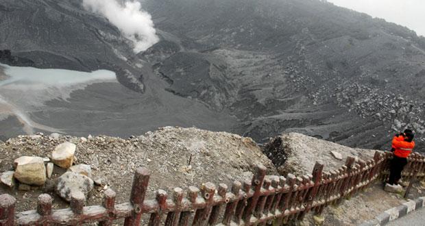 Gunung Tangkuban Perahu adalah salah satu tempat wisata di Lembang yang paling populer (Foto : anekatempatwisata.com)