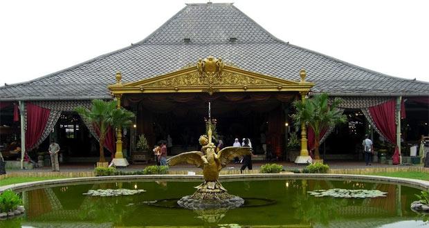 Istana Mangkunegaran adalah salah satu tempat wisata di Solo yang wajib dikunjungi (Foto : anisavitri.wordpress.com)