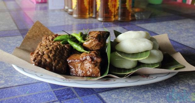 Jadah Tempe Mbah Carik adalah salah satu oleh oleh khas Jogja yang paling terkenal (Foto : makanjogja.com)