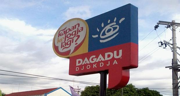 Kaos Dagadu Djokdja adalah salah satu oleh oleh khas Jogja yang paling terkenal (Foto : id.wikipedia.org)