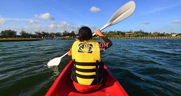 Kayaking Di Pantai Glagah adalah salah satu tempat wisata di Jogja yang seru dan asyik (Foto : yogyes.com)