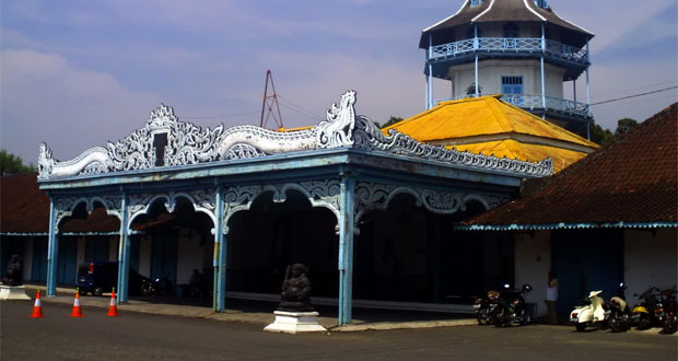 Keraton Surakarta adalah salah satu tempat wisata di Solo yang wajib dikunjungi (Foto : anekatempatwisata.com)
