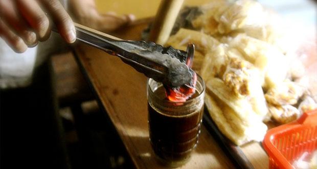 Kopi Joss menu istimewa Angkringan Lik Man, salah satu tempat wisata kuliner di Jogja yang wajib dikunjungi (Foto : myhotelmyresort.com)