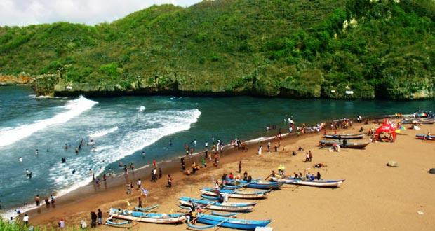 Pantai Baron adalah salah satu pantai di Gunung Kidul Jogja yang wajib dikunjungi dengan pesona alam yang bagus, indah, dan keren (Foto : wisatapantaijogja.wordpress.com)