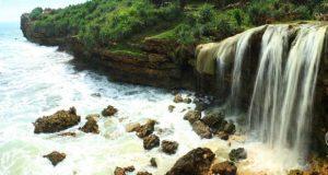 Pantai Jogan Gunung Kidul adalah pantai di Jogja yang ada air terjunnya (Foto : kaskus.co.id)
