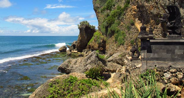 Pantai Ngobaran adalah salah satu pantai di Gunung Kidul Jogja yang wajib dikunjungi dengan pesona alam yang bagus, indah, dan keren (Foto : bertemanangin.wordpress.com)