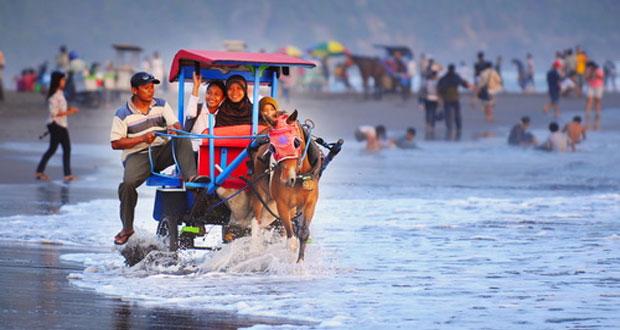 Pantai Parangtritis adalah salah satu pantai di Jogja yang wajib dikunjungi (Foto : m.kidnesia.com)